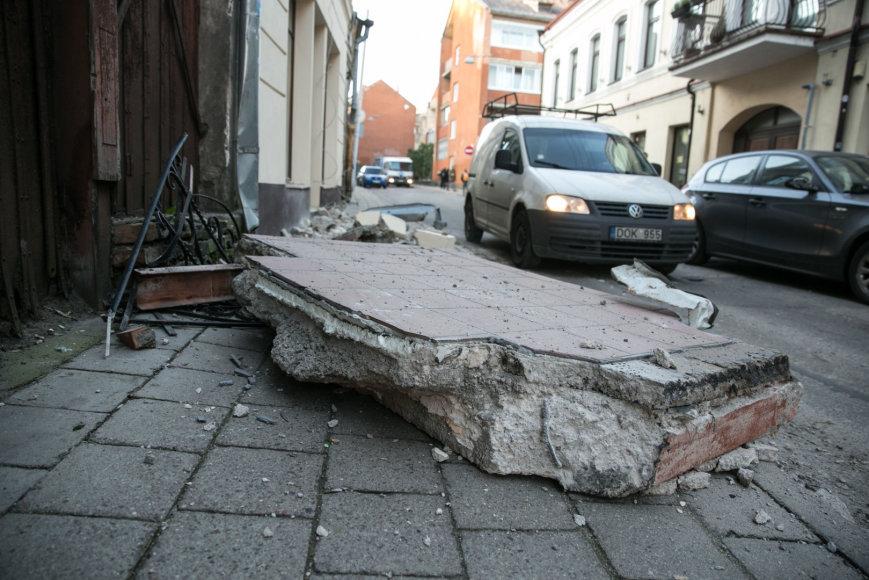 Juliaus Kalinsko / 15min nuotr./Šv. Stepono gatvėje nukrito balkonas