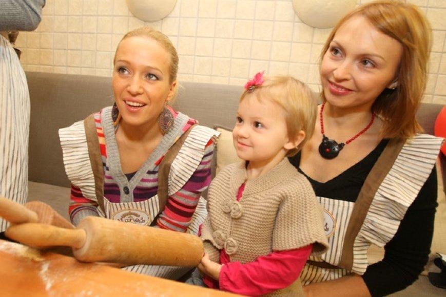 Elena Puidokaitė-Atlanta ir Indrė Trakimaitė-Šeškuvienė su dukra Mėta