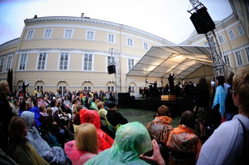LVSO treciasis vasaros koncertas su Sasha Song