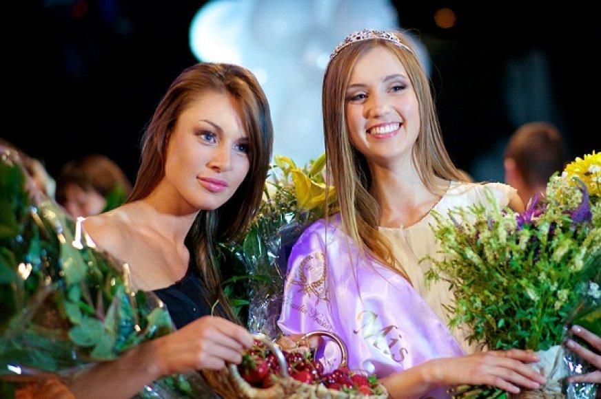 Vaida Židonytė (kairėje) su konkurso laimėtoja Deimante Petrauskaite
