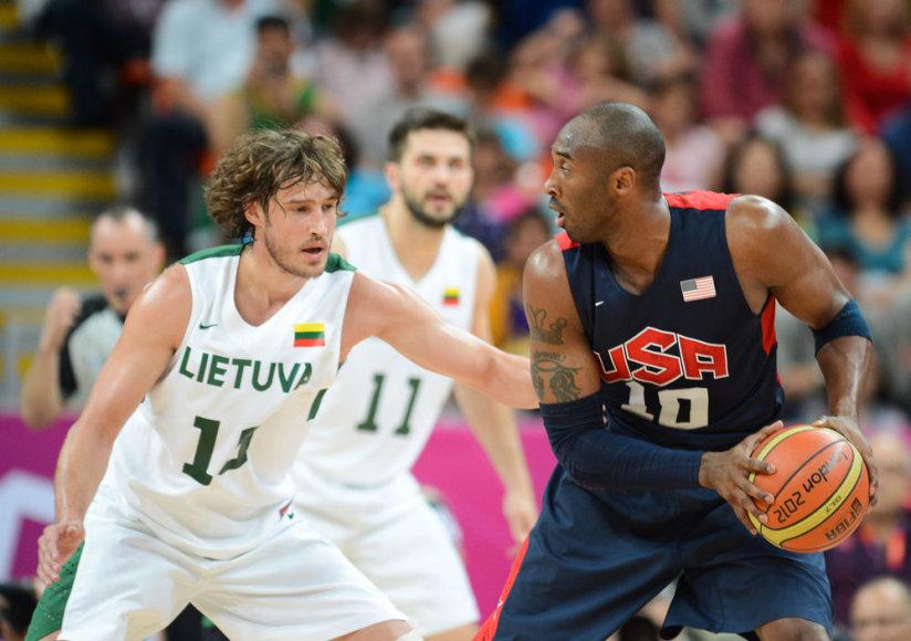 Simas Jasaitis stabdo Kobe Bryantą