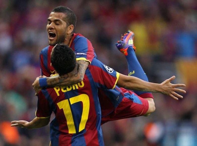 D.Alvesas sveikina pirmąjį įvartį pelniusį Pedro
