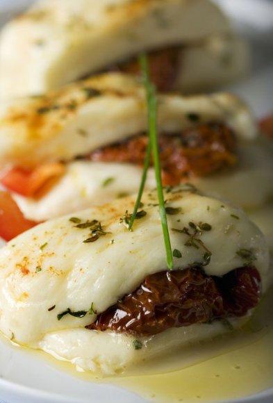 Žuvis su saulėje džiovintais pomidorais