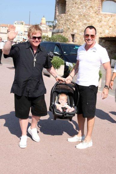 Eltonas Johnas ir Davidas Furnishas su sūnumi