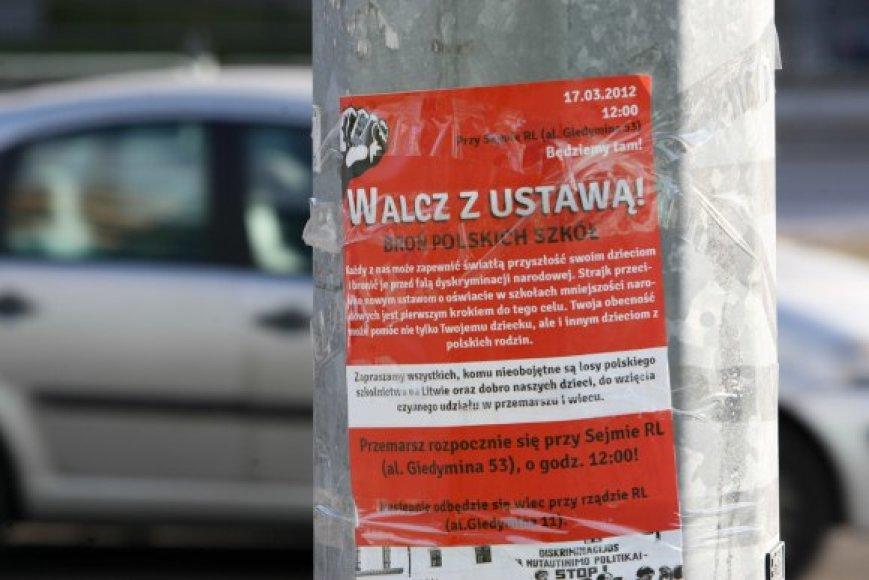 Plakatuose raginama kovoti su įstatymu, ginti lenkiškas mokyklas ir tam šeštadienio vidurdienį rinktis prie Seimo, nuo kur ir pajudės eitynės link Vyriausybės.