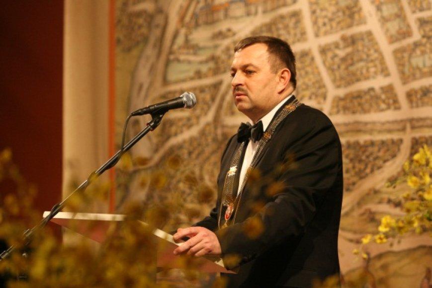 Pirmųjų metų V.Navicko darbų mero poste ataskaitą kritikuoja ir koalicijos partneriai, ir opozicija.