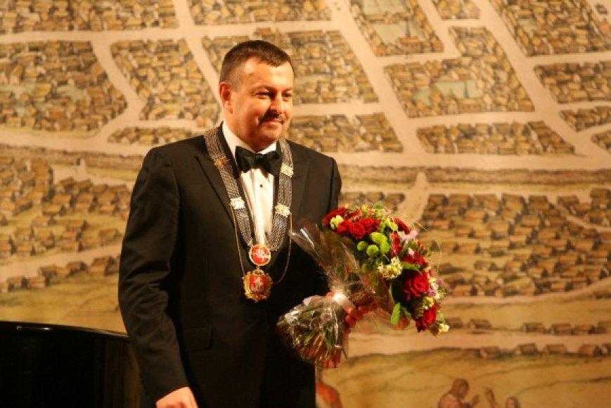 V.Navickas mero postą ir regalijas išlaikė.