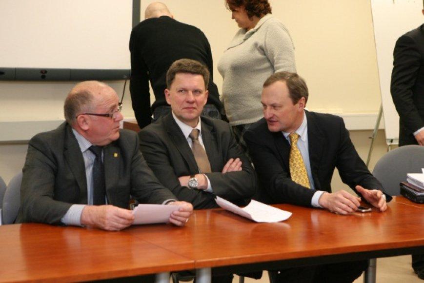 K.Nėnius (centre) pasitraukimo priežasčių nedetalizuoja, teigia tiesiog galvojantis apie savo frakcijos kūrimą. G.Kėvišas (dešinėje) teigia kol kas jokių sprendimų nepriėmęs.