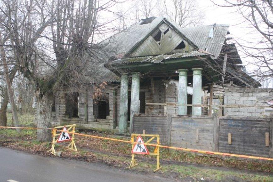 Koloso ir Grūdų gatvių kampe esanti sena mokykla su gyvenamuoju namu nuo žemės paviršiaus turėtų dingti per kelias artimiausias dienas.