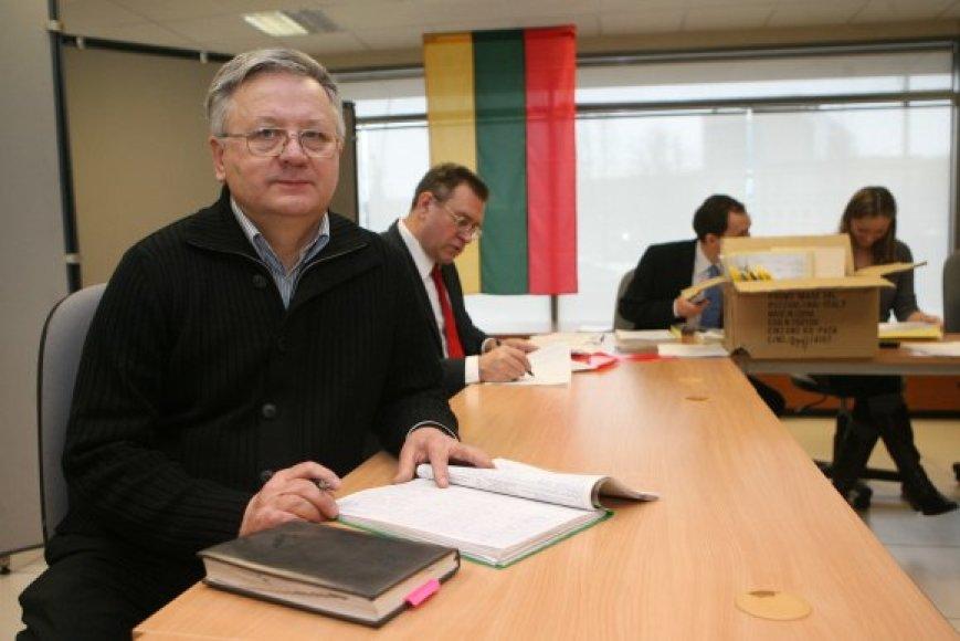 Anot Vilniaus savivaldybės rinkimų komisijos pirmininko S.Kazilionio, iki šio penktadienio komisija turi patikrinti savarankiškų pretendentų į kandidatus surinktus rėmėjų parašus ir nuspręsti, kurie iš jų galės pretenduoti į sostinės tarybą.