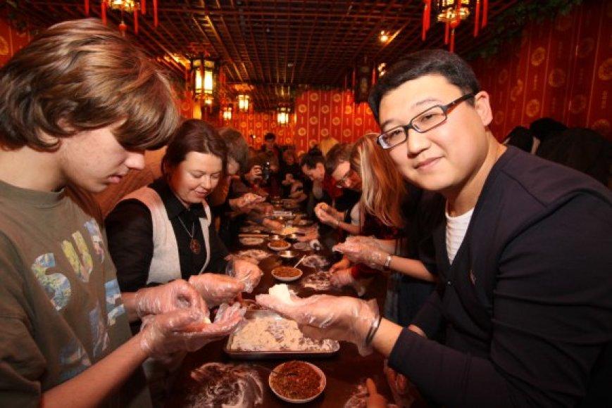 Haonan Wang (d.) savo restorane vakar visus norinčius mokė gaminti kiniškus koldūnus, kuriuos kinai tradiciškai valgo pasitikdami naujuosius metus.