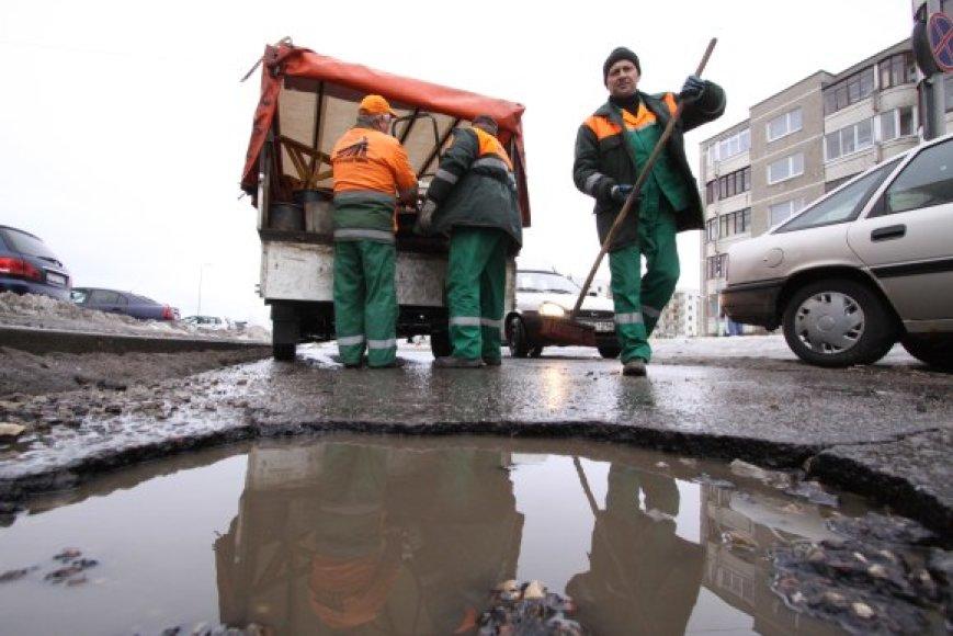 Ant lopo – dar vienas lopas: kelininkai duobes barsto šaltu asfaltu, nors ir supranta, kad tai neefektyvu.