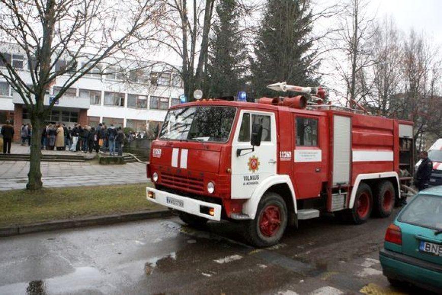 """Kilus gaisrui """"Žaros"""" mokykloje teko pasinaudoti gesintuvais, tačiau jie ugnies numalšinti nepadėjo."""