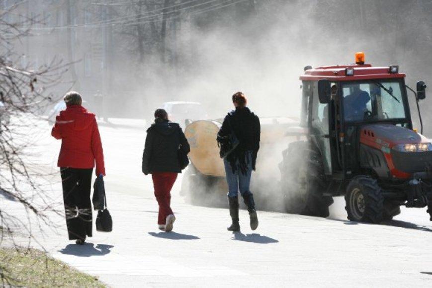 Ankstesniais metais gatves šlavusių paprastų valytuvų šiemet ketinama atsisakyti, nes tokiu būdu valant miestas paskęsta dulkėse.