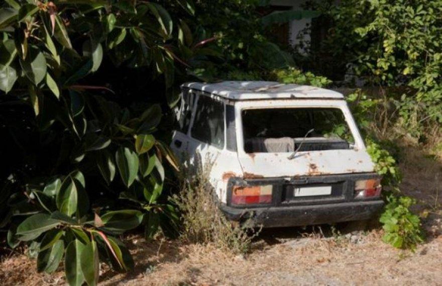 Policijos pareigūnams perduota informacija su nuotraukomis dėl 388 neeksploatuojamų automobilių mieste.
