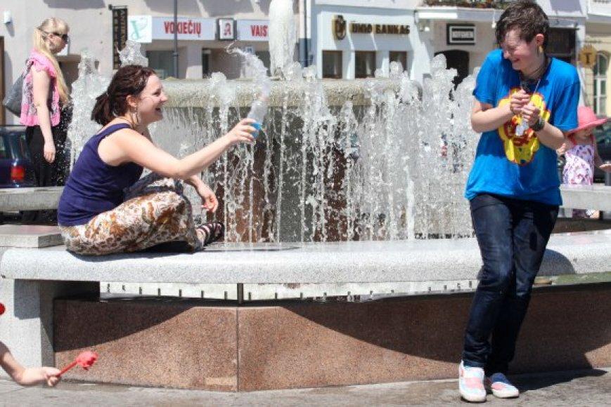 Vilniečius nuo karščio gelbsti ir fontanai.