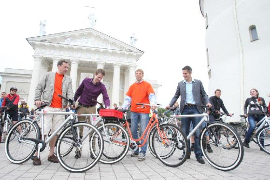 Pats mėgstantis pasivažinėjimus dviračiais, A.Zuokas (k.) žada atgaivinti oranžinių dviračių idėją.