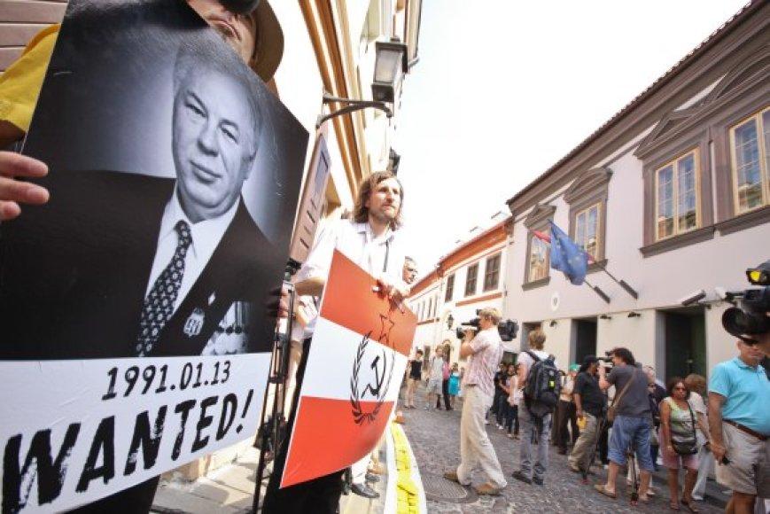 """Pasipiktinę Austrijos sprendimu paleisti M.Golovatovą, lietuviai prie šios šalies ambasados skandavo """"Gėda gėda""""."""