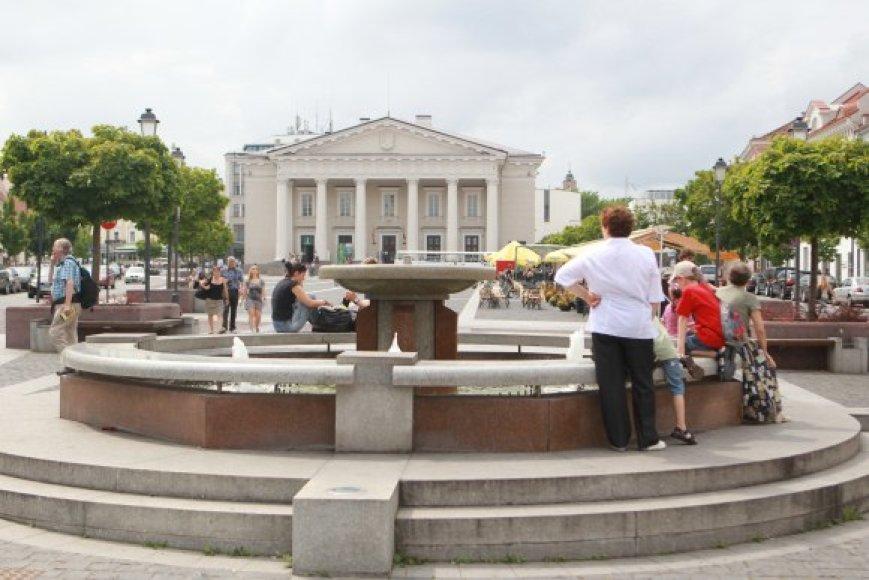 Rotušės aikštės fontaną žmonės kone kasdien užteršia monetomis.