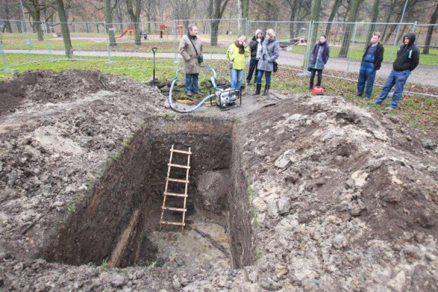 Archeologai Sereikiškių parke rausia gilias duobes.