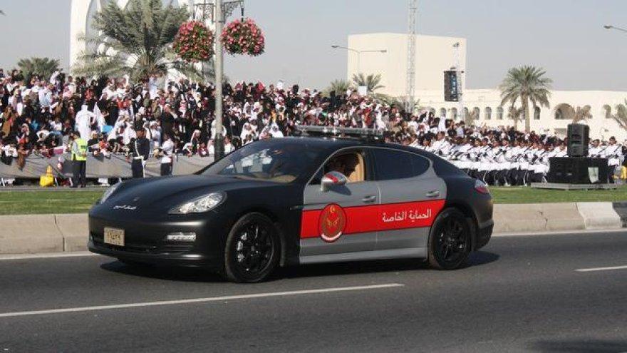 """Policininkai ir ugniagesiai parade su """"Porsche Panamera"""" ir """"Cayenne"""""""