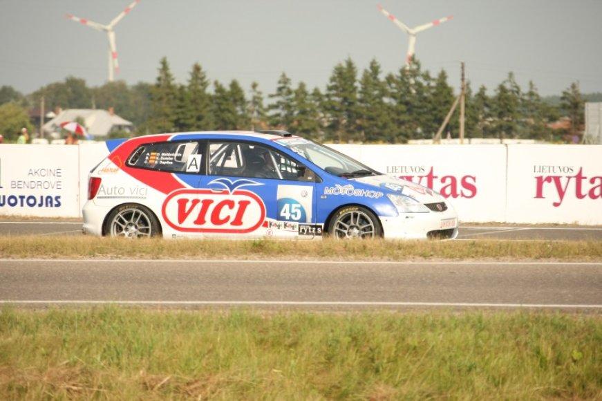 """Egidijus Dapšas lenktyniu trasoje su """"Honda Civic Type-R"""""""