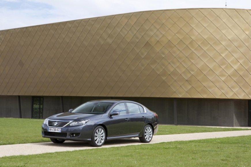 """""""Renault"""" Maskvoje pristatė sedaną """"Latitude"""""""