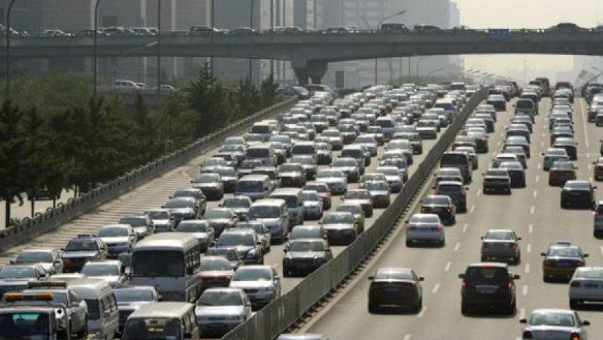 Kinijoje nusidriekė beveik 100 km transporto kamštis