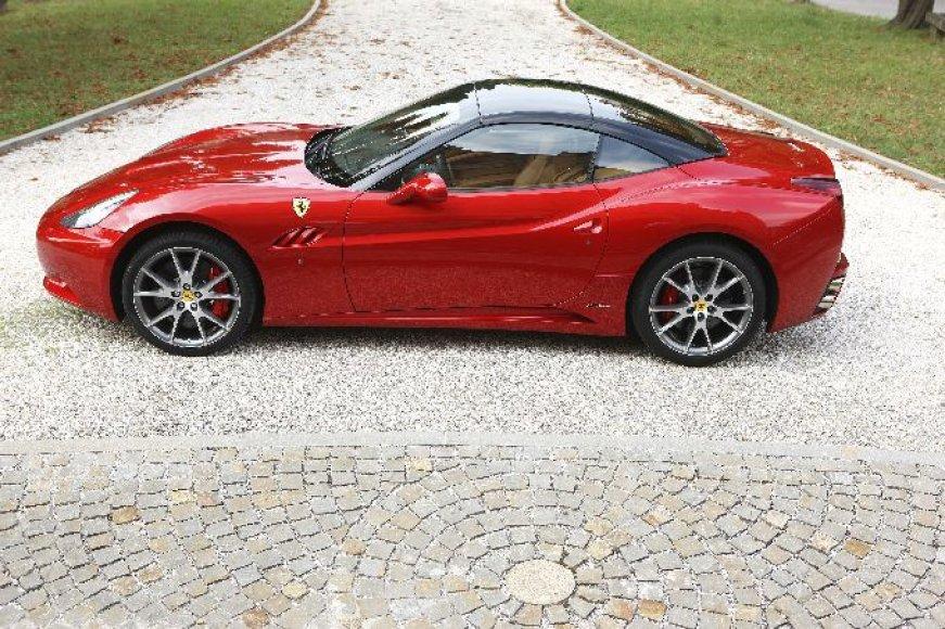 """Paryžius. """"Ferrari California"""" su HELE sistema"""