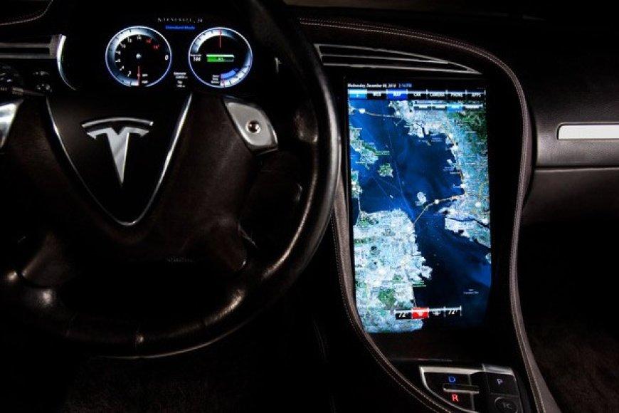 """""""Tesla Model S"""" turės 17 colių ekraną!"""