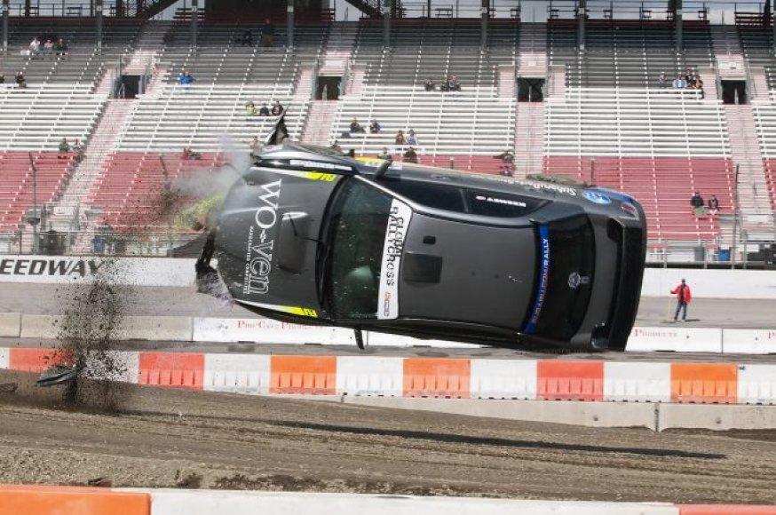 """Rali-kroso lenktynėse – įspūdingas """"Subaru"""" šuolis"""