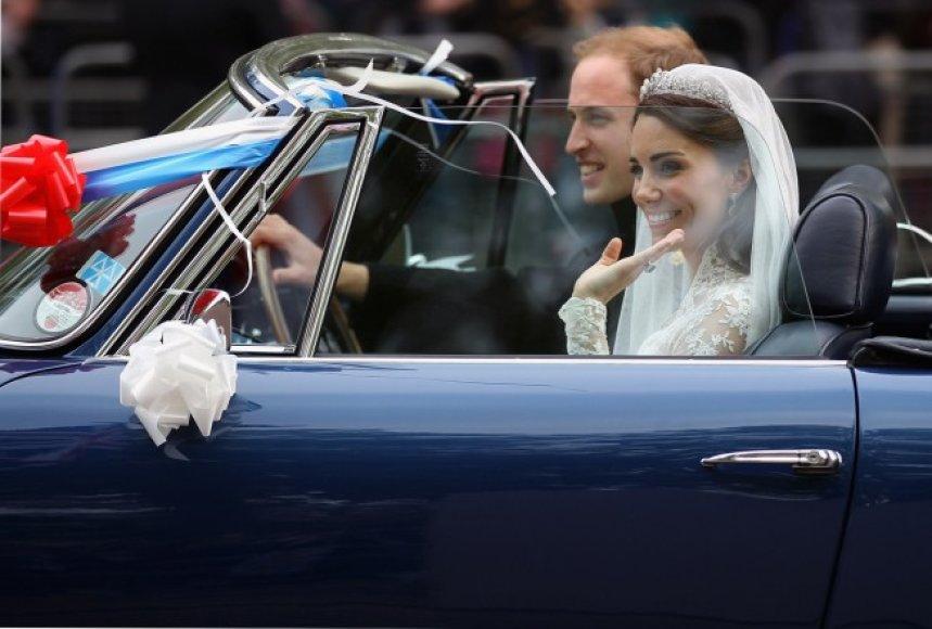 """Princas Williamas ir jo išrinktoji Kate Middleton vestuves paliko """"Aston Martin DB6 Volante"""" automobiliu"""