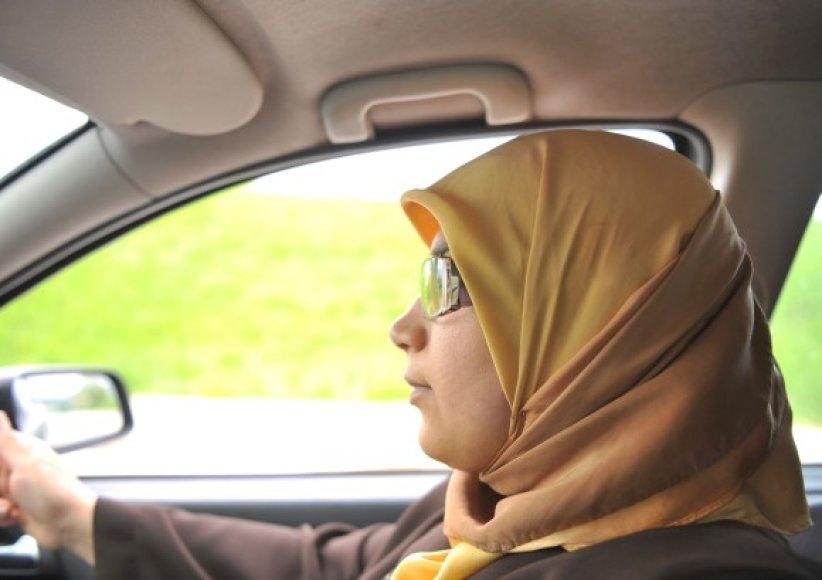 Sėsti prie vairo Saudo Arabijoje moterys gali tik privačiuose keliuose tarp gyvenamųjų rajonų