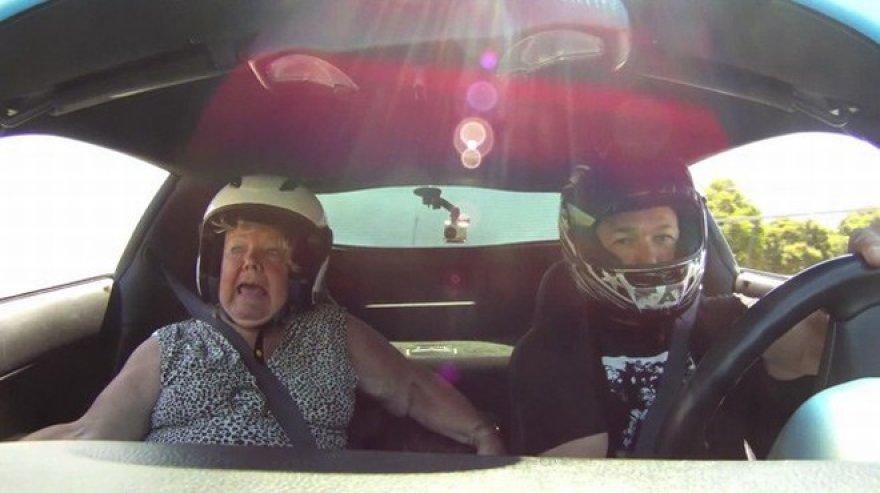 Mama lenktyninio automobilio keleivio sėdynėje