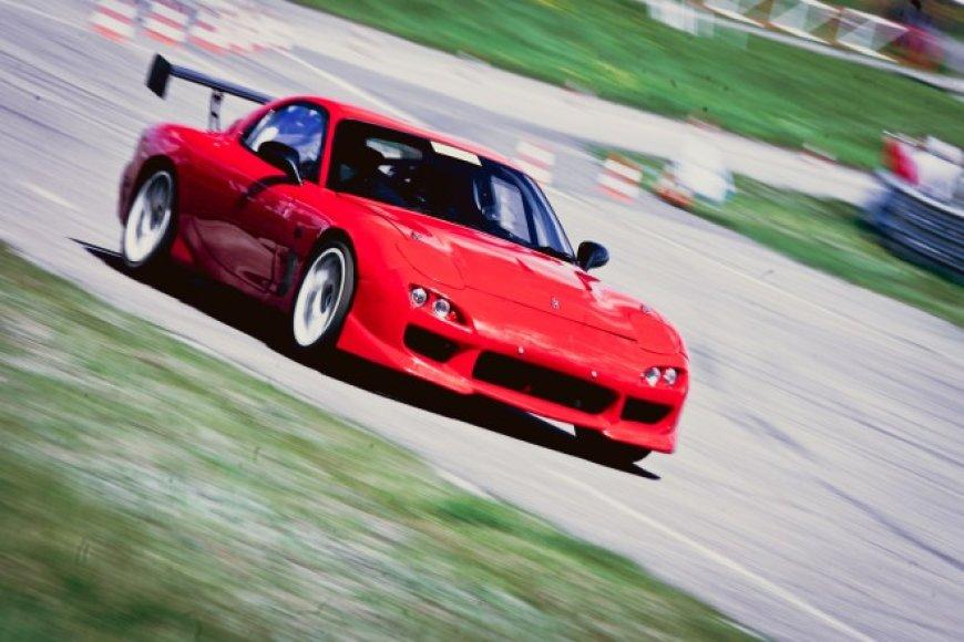 """""""Mazda RX7"""" vairu dešinėje pusėje dalyvaus """"Omnitel 1000 km lenktynėse"""""""