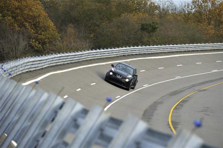 """Nissan Juke-R"" bandymai trasoje"
