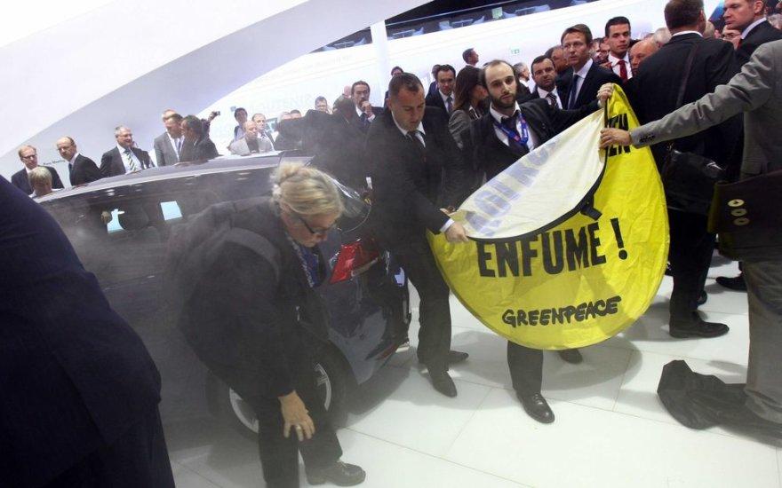 """Paryžius 2012. """"Greenpeace"""" protesto akcija """"Volkswagen"""" stende"""