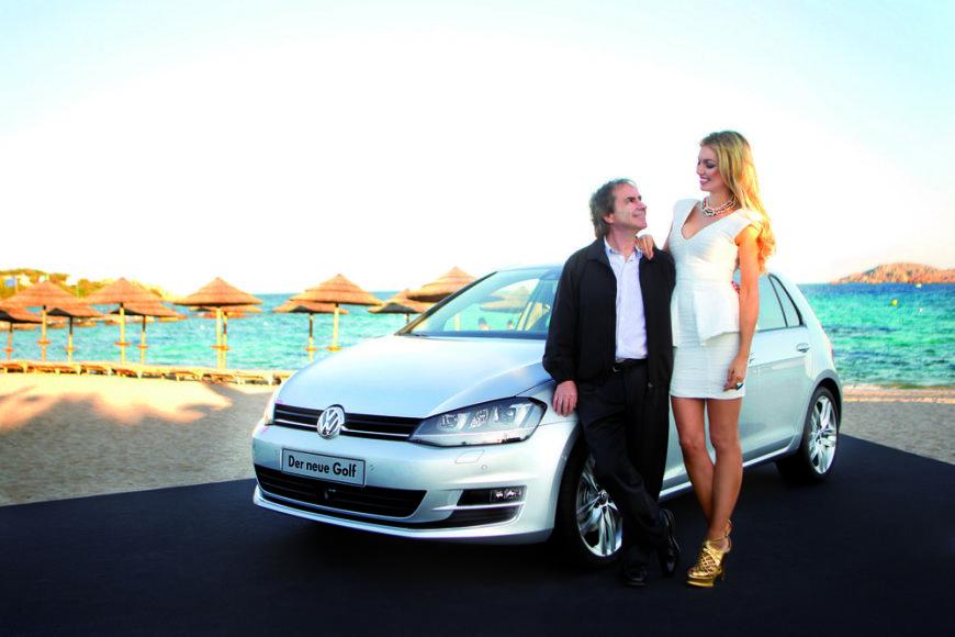 """Airių dainininkas ir kompozitorius Chrisas de Burghas ir jo duktė Rosanna Davison prie naujojo """"Volkswagen Golf"""""""