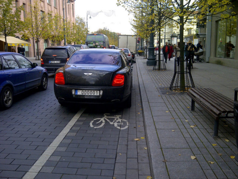 """""""Bentley"""" vairuotojui dviračių takai nesvarbūs"""