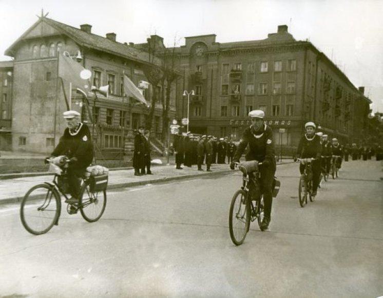 Prieš 50 metų vykusio žygio dalyviai atvyksta į starto vietą Klaipėdoje, dabartinėje Atgimimo aikštėje 1960 05 01.