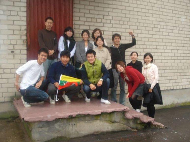 Pedagogikos studentai ir jauni mokytojai iš Japonijos domėjosi Lietuvos švietimo sistema, kultūra ir istorija, noriai bendravo su moksleiviais.