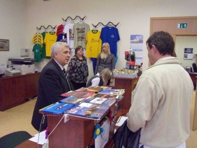 Pirmadienį valandą miesto meras Rimantas Taraškevičius turistams teikė informacijos vadybininko paslaugas.
