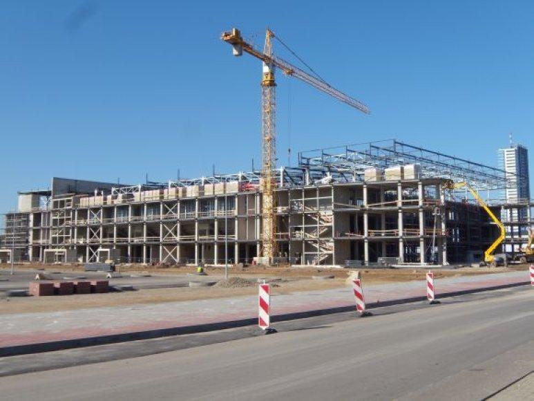 Skubama iki šalčių uždaryti pastatą, kad darbininkai galėtų sparčiai dirbti viduje. Nuo pirmadienio ketinama dengti stogą.