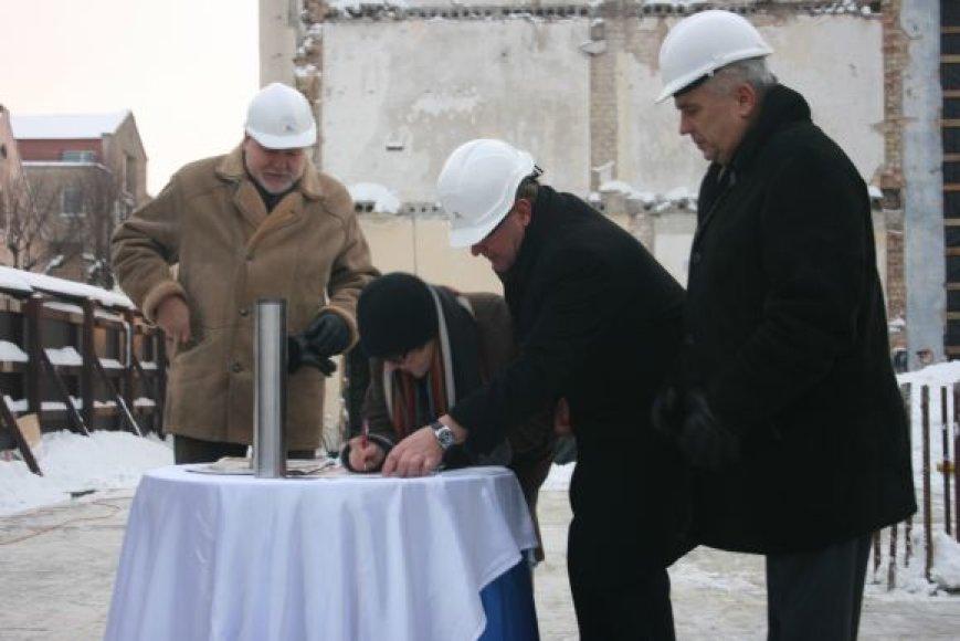 Ceremonijos dalyviai pasirašė trijuose laiško ateities klaipėdiečiui egzemplioriuose.