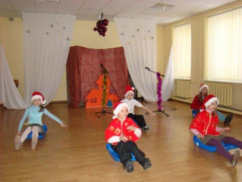 Vaikai svečiams paruošė nuotaikingą pasirodymą.