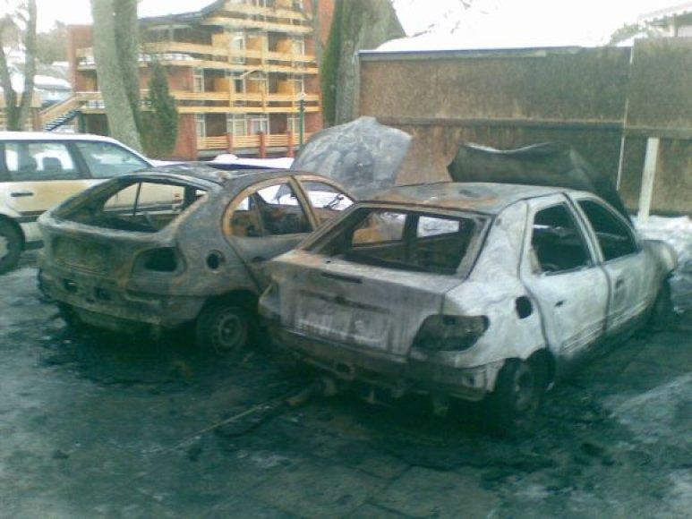 Sudegę automobiliai Juodkrantėje.