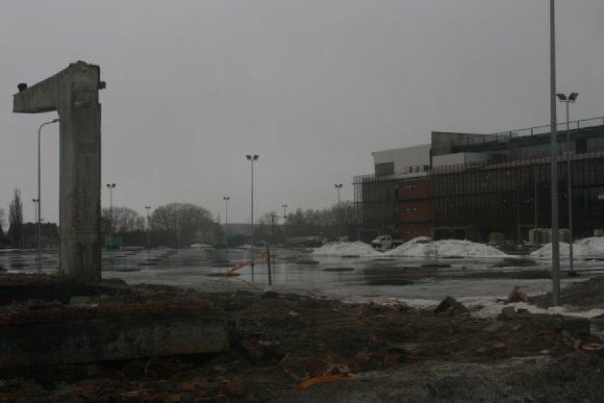 Šalia statomos arenos riogsoję griuvėsiai jau beveik sulyginti su žeme.