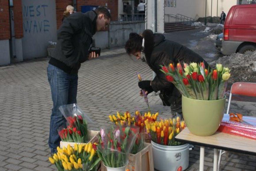 Šventinė prekyba džiugino prekeivius: gėles nuo prekystalių šluote šlavė.