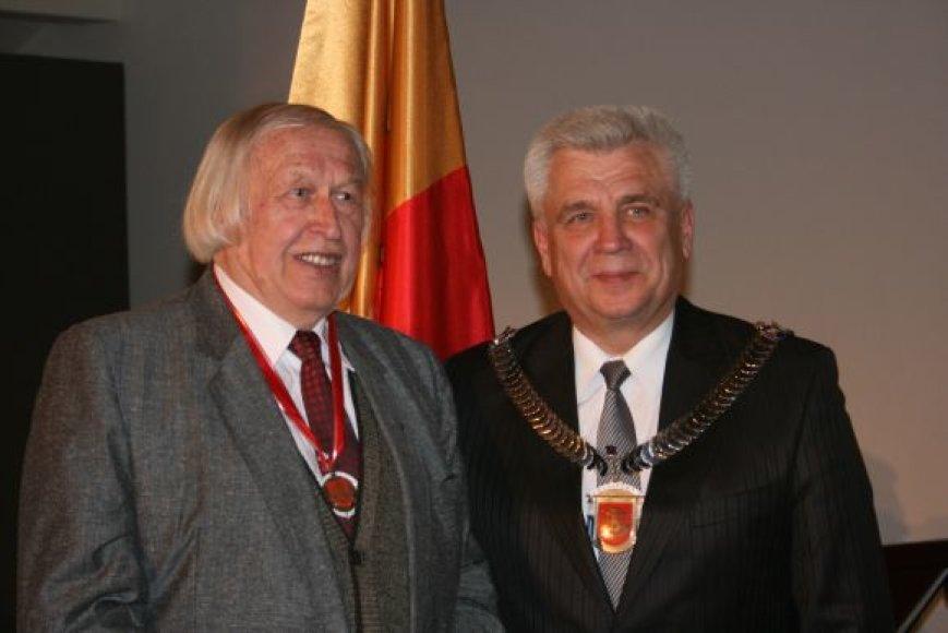Bernardui Aleknavičiui (k.) įteikė Klaipėdos miesto meras Rimantas Taraškevičius.