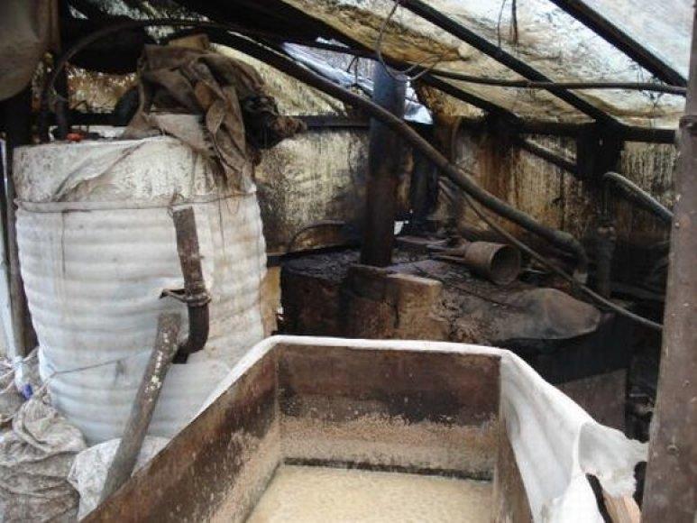 Moteris su sūnumi įtariami naminės degtinės gamyba daržinėje.